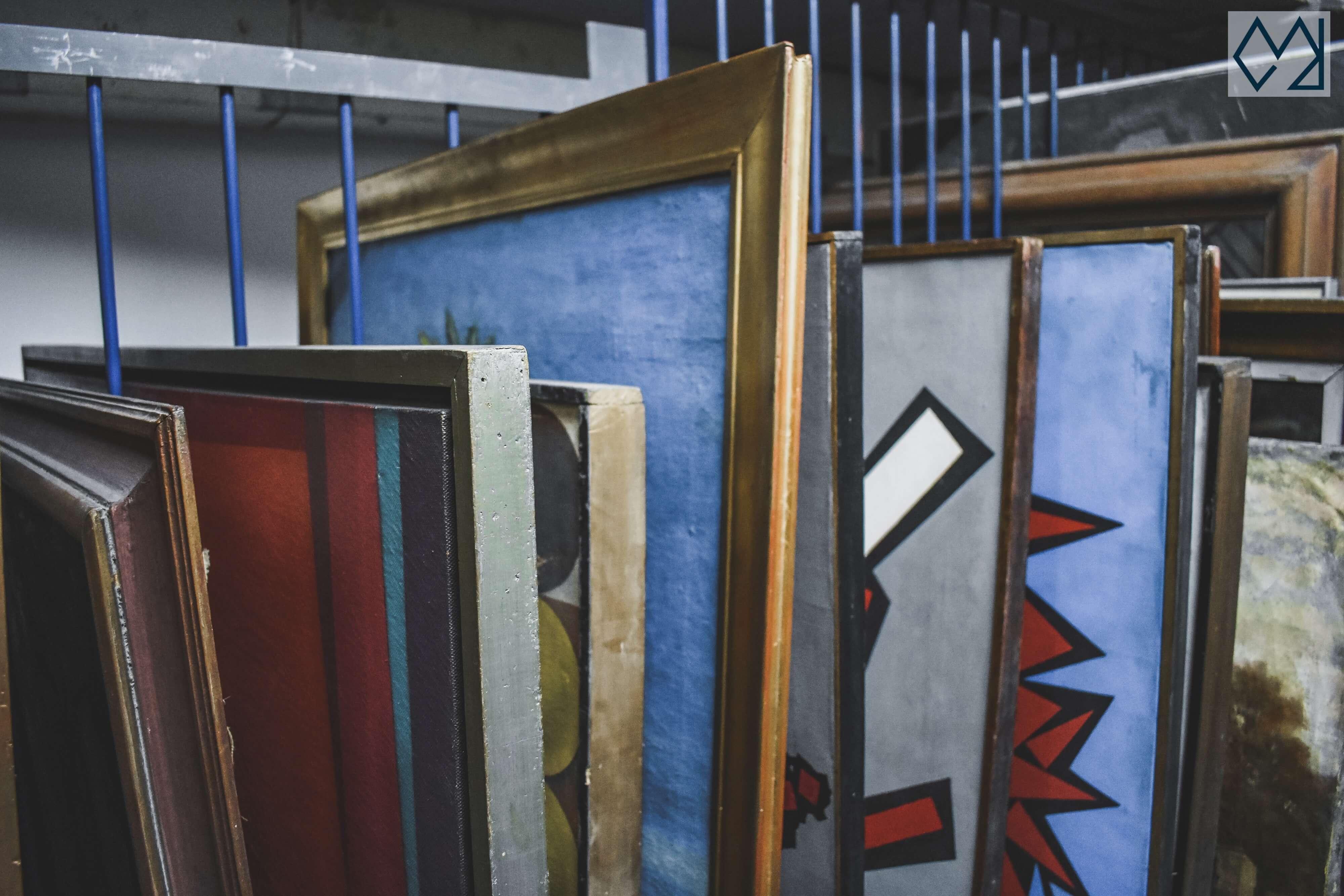 Cuadros en el sótano del museo Blanes