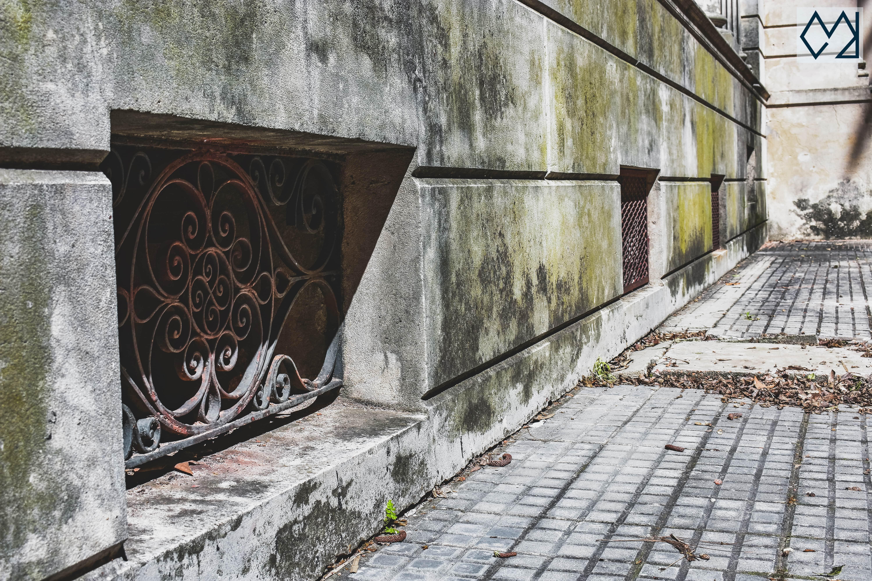 Ventana del sótano del museo Blanes